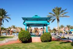 Os turistas estão em férias no hotel popular Fotos de Stock Royalty Free