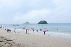 Os turistas estão nadando na praia fotos de stock