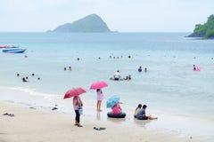 Os turistas estão nadando na praia imagens de stock