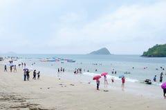 Os turistas estão nadando na praia fotografia de stock royalty free