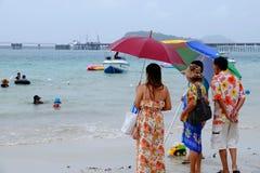Os turistas estão nadando na praia fotografia de stock