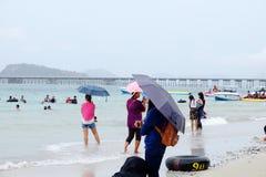 Os turistas estão nadando na praia imagem de stock royalty free