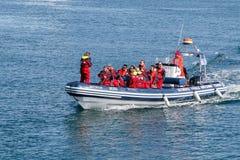 Os turistas estão vindo para trás abrigar de uma excursão de observação da baleia Fotos de Stock Royalty Free