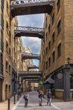 Os turistas exploram a área de Shad Thames do Southbank de Londres Fotos de Stock Royalty Free