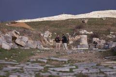 Os turistas exploram Antioch Pisidian Imagem de Stock Royalty Free
