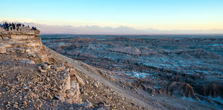 Os turistas fazem imagens no deserto de Atacama, o Chile Imagem de Stock