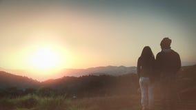 Os turistas fotografam o nascer do sol na manhã na montanha imagem de stock