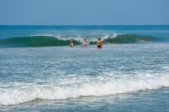 Os turistas indianos apreciam o mar na praia de Varkala Imagem de Stock Royalty Free