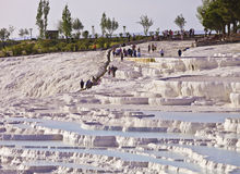 Os turistas internacionais exploram Hierapolis Imagem de Stock Royalty Free