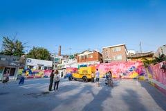 Os turistas intitulados visitam o parque de estacionamento que indica o histor Fotografia de Stock Royalty Free