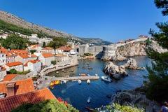 Os turistas, kayaking, veem na cidade velha de Dubrovnik, Croácia Fotos de Stock Royalty Free