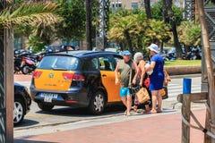 Os turistas montam em um táxi perto da praia foto de stock
