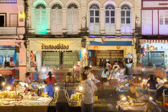 Os turistas não identificados estão comprando no mercado velho da noite da cidade (Wal Imagens de Stock