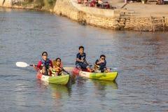 Os turistas não identificados estão enfileirando barcos do caiaque no rio da música Fotos de Stock