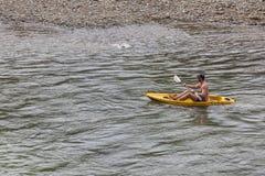 Os turistas não identificados estão enfileirando barcos do caiaque no rio da música Fotos de Stock Royalty Free