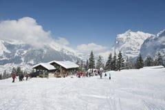 Os turistas não identificados relaxam na estação do esqui de Brandegg em Grindelwald, cumes de Bernese, Suíça Fotos de Stock Royalty Free