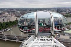 Os turistas na cabine Londres Eye com vista aérea Londres, Inglaterra Imagens de Stock Royalty Free