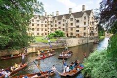 Os turistas na viagem do pontapé ao longo da came do rio perto do ` velho s do reitor alojam Fotos de Stock