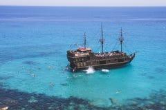 Os turistas nadam no mar perto do navio foto de stock
