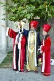 Os turistas no palácio de Istambul Topkapi jardinam, levantado com o Ottom Foto de Stock