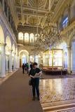 Os turistas no pavão cronometram o salão no museu de eremitério Foto de Stock Royalty Free