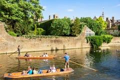 Os turistas no pontapé tropeçam ao longo da came do rio perto da faculdade do ` s de St John Ca Foto de Stock