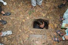 Os turistas no qui do Cu escavam um túnel Vietnam Imagem de Stock