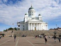 Os turistas no Senado esquadram na frente da catedral de Helsínquia no sunn fotografia de stock