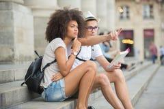 Os turistas novos dos pares obtiveram perdidos no centro da cidade Fotos de Stock