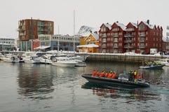 Os turistas partem para o safari do barco do porto de Svolvaer, Noruega fotografia de stock