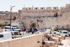 Os turistas passam através de Dung Gates na cidade velha do Jerusalém, Israel Imagens de Stock