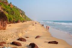 Os turistas passam o tempo em uma praia em Varkala Imagens de Stock