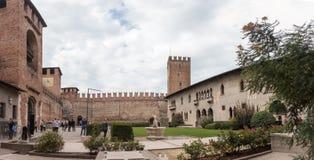 Os turistas que andam e tomam imagens no pátio de Castelvecchio Fotos de Stock Royalty Free