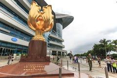 Os turistas que andam no Bauhinia dourado esquadram uma zona aberta em Wan Chai norte, Hong Kong Fotos de Stock