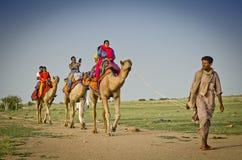 Os turistas que apreciam o camelo montam em Sam Sand Dunes perto de Jaisalmer, Rajasthan, Índia foto de stock royalty free