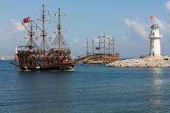 Os turistas que apreciam o mar viajam em sailships do vintage em Alanya, Imagem de Stock
