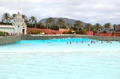 Os turistas que apreciam a onda artificial Foto de Stock Royalty Free