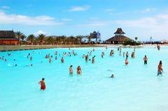 Os turistas que apreciam a onda artificial Fotografia de Stock