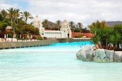 Os turistas que apreciam a onda artificial molham atrações no waterpark de Sião Fotografia de Stock Royalty Free