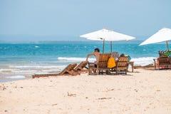 Os turistas que apreciam a praia grandioso do barra em Ponta fazem Muta fotos de stock