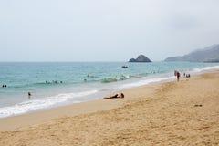 Os turistas que apreciam suas férias no hotel de luxo fotografia de stock