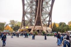 Os turistas que aproximam a torre Eiffel, Paris, França ao longo de uma passagem pedestre alinharam com árvores do outono em um c Foto de Stock Royalty Free