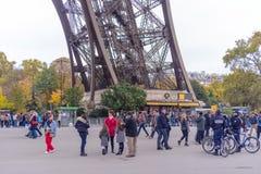 Os turistas que aproximam a torre Eiffel, Paris, França ao longo de uma passagem pedestre alinharam com árvores do outono em um c Fotografia de Stock
