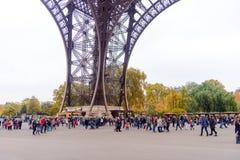 Os turistas que aproximam a torre Eiffel, Paris, França ao longo de uma passagem pedestre alinharam com árvores do outono em um c Imagem de Stock