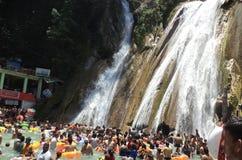 Os turistas que banham-se em Kempty caem, Mussoorie, Índia fotografia de stock
