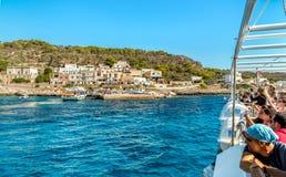 Os turistas que chegam pela balsa na ilha de Levanzo, são os menores das três ilhas de Aegadian no mar Mediterrâneo de Sicília Fotos de Stock