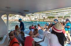 Os turistas que chegam pela balsa na ilha de Levanzo, são os menores das três ilhas de Aegadian no mar Mediterrâneo de Sicília Fotografia de Stock Royalty Free
