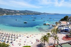 Os turistas que enjoiying suas férias na praia fotos de stock