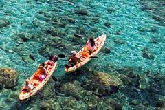 Os turistas que kayaking em Tsigrado encalham nos Milos ilha, Cyclades, G fotos de stock royalty free
