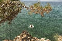 Os turistas que saltam no mar de adriático Fotografia de Stock Royalty Free